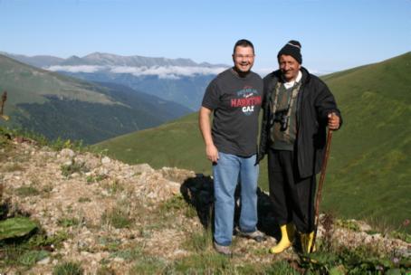 Bernat Iglesias con Mustafa Saree en Sivrikaya, después de bimbar gallors liras caucasianos. Foto: M. Gálvez.